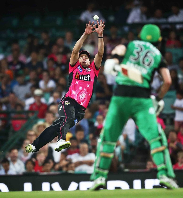 ydney Sixers' Moises Henriques holding on to an outstanding catch to dismiss Melbourne Stars' Nick Larkin at the Sydney Cricket Ground
